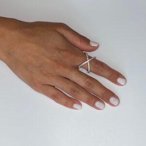 טבעת כסף איקס עבה משובצת אבני זירקון