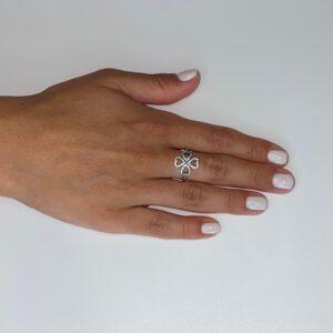 טבעת כסף S925 תלתן משובצת באבני זירקון