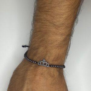 צמיד כדורים עם תליון כתר בצבע שחור